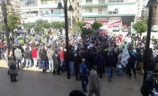 اهالي الموقوفين الاسلاميين يقطعون الطريق في ساحة النور في طرابلس