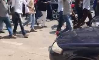 تظاهرة لعمال من الجنسية السودانية أمام مبنى الامم المتحدة للمطالبة بالعودة إلى بلادهم