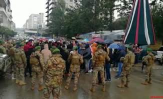 النشرة: محتجون بالنبطية يعتدون على قوى الامن بعد منعهم من قطع الطريق الرئيسي