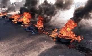 عدد من المتظاهرين الذين يقطعون الطرق بالمتن وكسروان يطلبون بطاقات الهوية من المواطنين