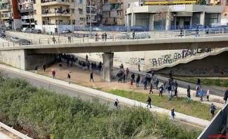 تزايد أعداد المحتجين في زقاق البلاط والقوى الأمنية منعت رشقهم بالحجارة