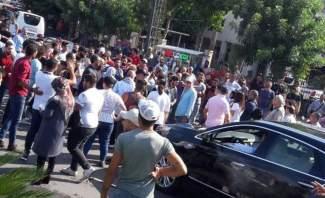النشرة: الاعتداء على سيارات المارة على دوّار عجلتون وسط كسروان من قبل المتظاهرين