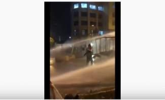 والد يعرض حياة طفله للخطر خلال مظاهرات بيروت.. هل يتحرك القضاء؟