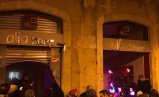 """شبان حطّموا واقتحموا مكتب شركة """"ألفا"""" في وسط بيروت"""