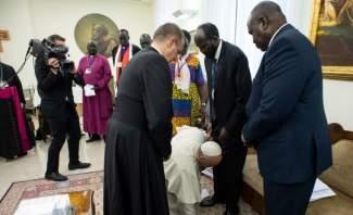 البابا فرنسيس قبّل أقدام رئيس جنوب السودان ونائبه