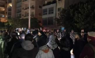 اعتصام امام منزل اللواء عثمان احتجاجاً على تفكيك خيمة اعتصام في ساحة الشهداء