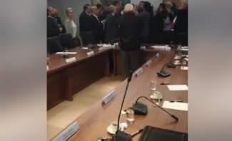 محجتون دخلوا الى غرفة التجارة والصناعة ومواجهة كلامية مع الوزير شقير والحاضرين