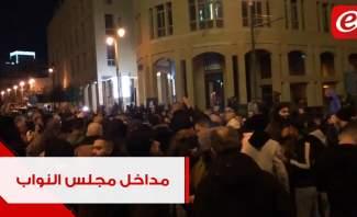 محتجون امام احد مداخل مجلس النواب بالتزامن مع اعلان الحكومة