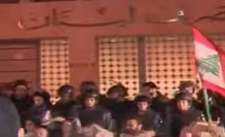 محتجون يجتازون العوائق الموجودة أمام مصرف لبنان في الحمرا