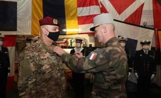 رئيس هيئة أركان الجيوش الفرنسية قلد قائد الجيش وسام جوقة الشرف من رتبة ضابط