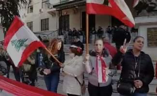 النشرة: بدء تجمع العشرات من المتظاهرين في هذه الاثناء امام سراي زحلة