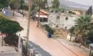 انفجار انبوب كبير للمياه في الدامور- الحي الفوقاني يغمر الطريق بالمياه ويعيق حركة المرور