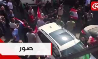 جهات حزبية تعتدي على المتظاهرين في صور
