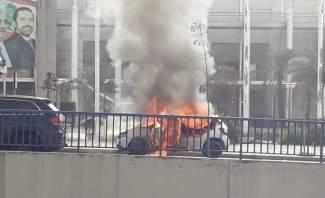 سائق سيارة أجرة أقدم على احراق سيارته على  طريق المطار احتجاجا على الاجراءات الامنية