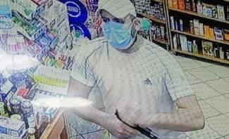 شاب يسرق حليبا وحفاضات للأطفال من صيدلية بالكولا بقوة السلاح