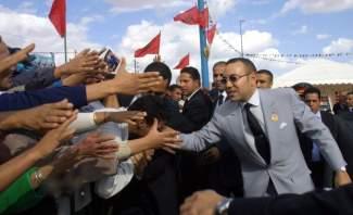 ملك المغرب يقع في موقف طريف أثناء زياته دولة أفريقية