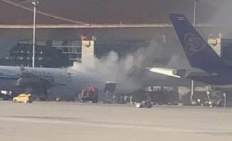 تصاعد الدخان من مستودع الشحن في طائرة صينية متوجهة إلى طوكيو