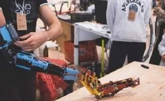 """مراهق يصنع لنفسه ذراعا آلية من مكعبات """"الليغو"""""""