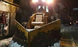 العمل على إعادة فتح الطرقات التي قطعتها الثلوج في اعالي جرود القيطع