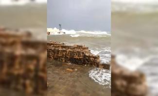 النشرة: المياه تجتاح الباحة الشمالية لقلعة صيدا