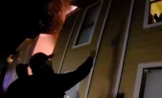شرطي يلتقط طفلا قفز من نافذة بيت يحترق