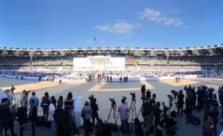 """البابا وصل لاستاد مدينة زايد الرياضية وتوجه بالتحية للحشود المشاركة في """"القداس التاريخي"""""""