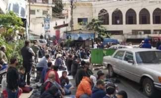 مصلون في طرابلس يخالفون قرار التعبئة العامة ويفترشون الطرقات أمام المساجد