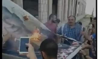 إحراق صورة للرئيس عون في احدى المناطق اللبنانية
