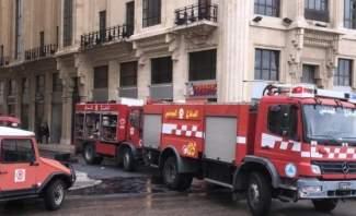 اخماد حريق داخل غرفة للتغذية بالطاقة الكهربائية في وسط بيروت