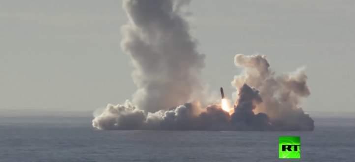 وزارة الدفاع الروسية تنشر عملية إطلاق غواصة لصواريخ