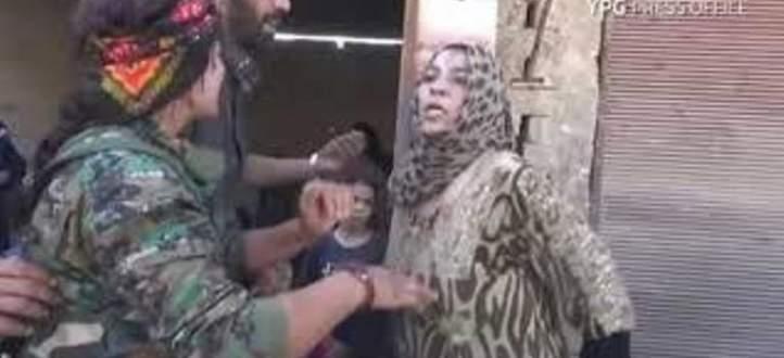 سورية تمزق ثيابها أمام الكاميرا احتفالا باندحار داعش من الرقة
