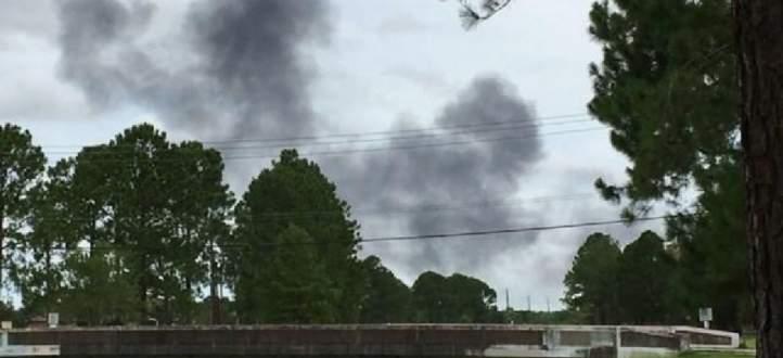 طيار في سلاح الجو الأميركي يقفز ما طائرته بعد احتراقها في مطار بتكساس