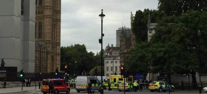 شرطة بريطانيا اعتقلت شخصا بعد أن اصطدم بسيارته بحاجز عند مدخل البرلمان