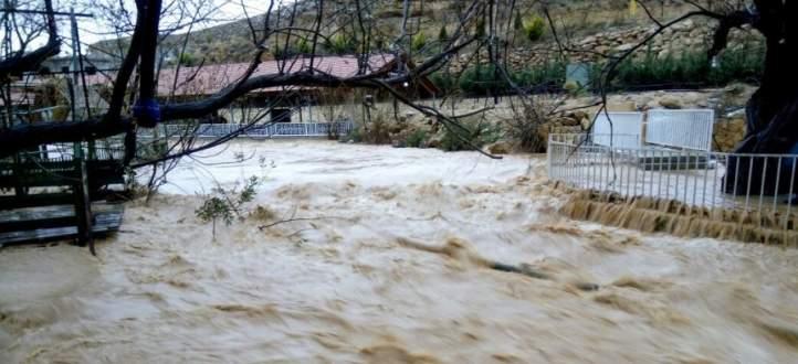 السيول والاتربة غمرت المقاهي والمسامك على ضفاف نهر العاصي