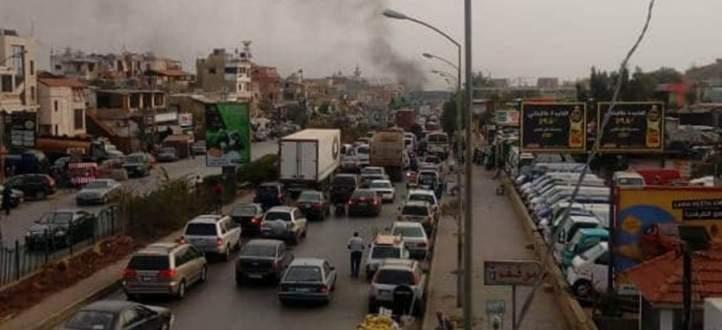 النشرة: أهالي السجناء قطعوا طريق المطار القديمة مطالبين بالعفو عن ابنائهم