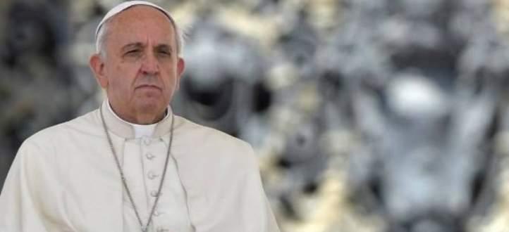 مجهول يرمي قطعة قماش على وجه البابا خلال ركوبه سيارة مكشوفة في تشيلي