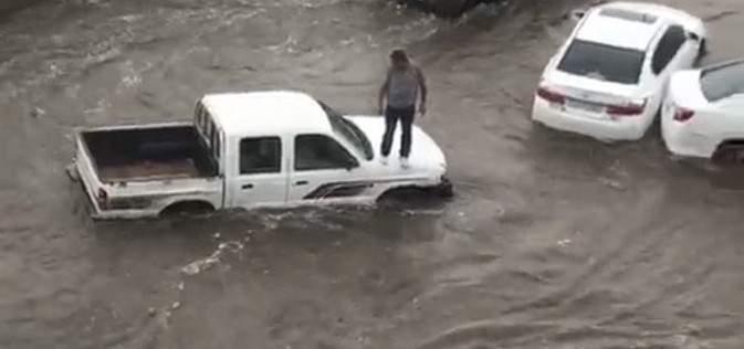 الأمطار الغزيرة تسببت بإغلاق أكبر شوارع جدة وغرق مقرات حكومية