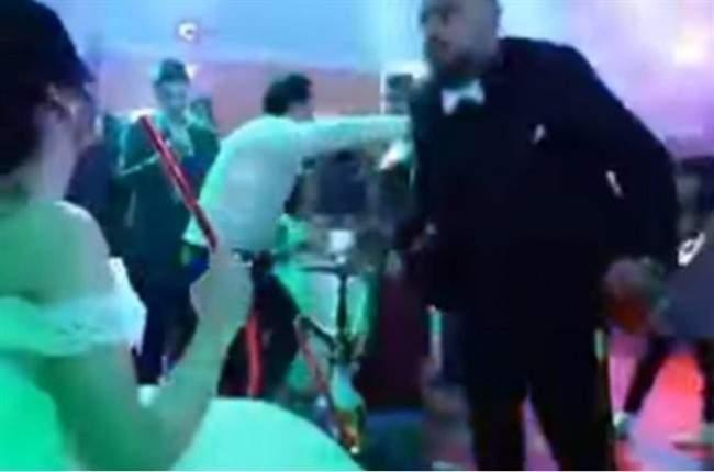 """عريس يجهز """"الاركيلة"""" لعروسته في حفل زفافهما"""