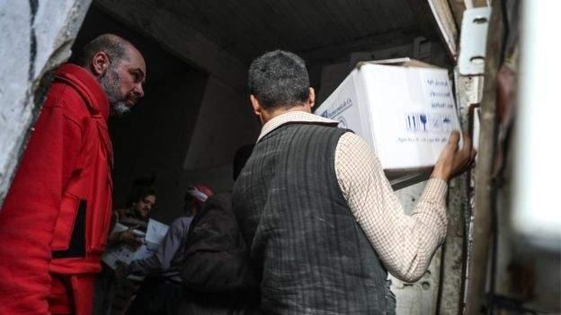 الغارديان: شحنات المعونات للغوطة توقفت بعد تقارير عن هجمات بالسلاح الكيميائي