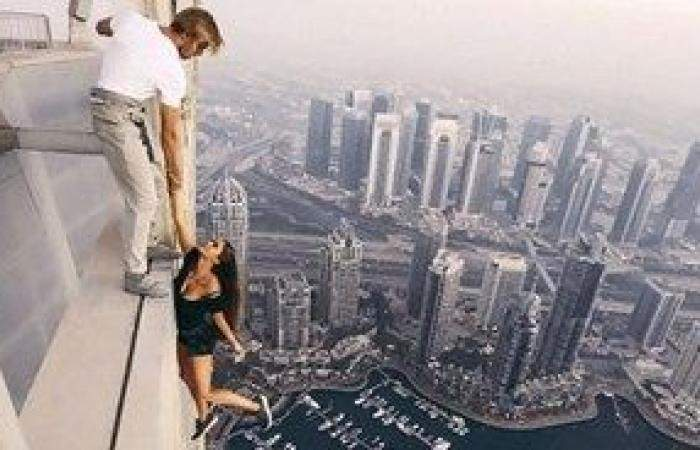 عارضة روسية تتحدى الموت من فوق أعلى برج في دبي
