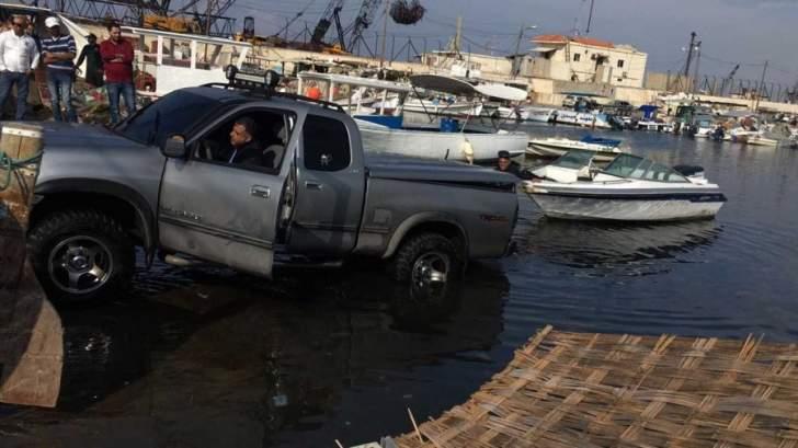 النشرة:غرق سيارة احد المواطنين بميناء صيدا واقتصرت الاضرار على الماديات