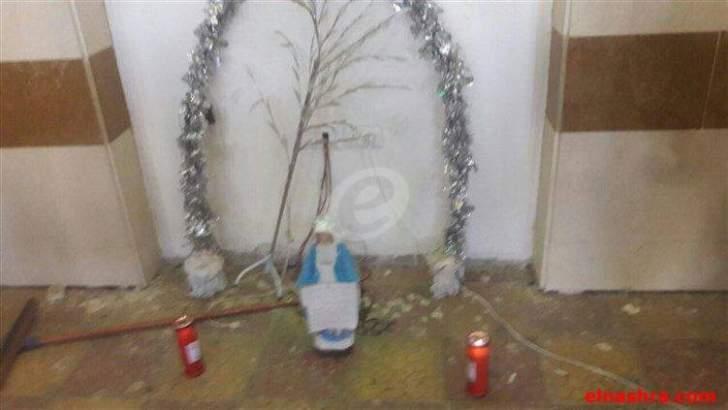 عدد من الشباب المسيحي يضع تمثالاً للسيدة العذراء في روضة الشهيدين:
