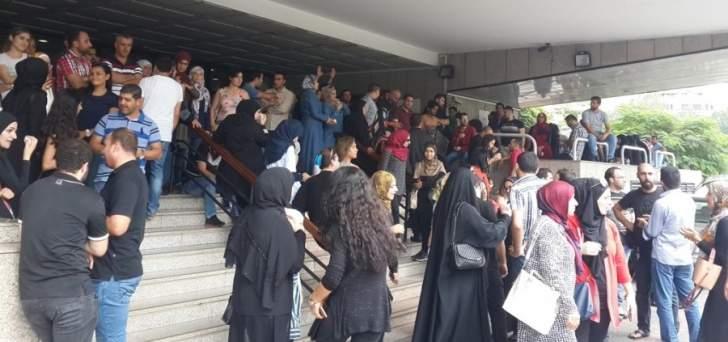 اعتصام للاساتذة المتمرنين لوظيفة أستاذ تعليم ثانوي للمطالبة بقبض الرواتب المستحقة لشهري آب وأيلول