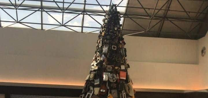 مسافرون يعبرون عن إمتعاضهم بسبب شجرة ميلادية غير لائقة في مطار بيروت