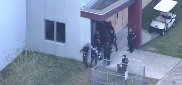 القبض على المشتبه فيه بإطلاق النار على مدرسة بفلوريدا وتقارير عن سقوط قتلى