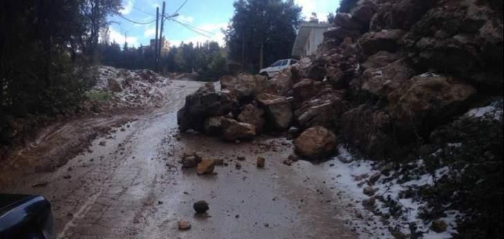 انهيار صخور وأتربة على طريق في بلدة نمرين الضنية اثر تساقط الأمطار