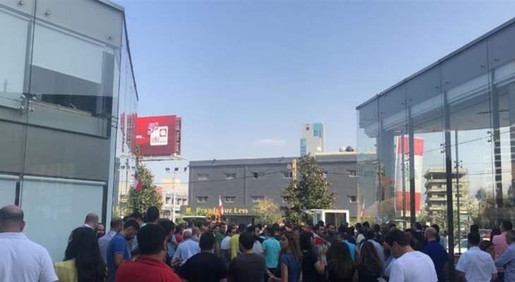 تظاهرة لعدد من التلامذة امام مبنى شركة الفا في جونيه