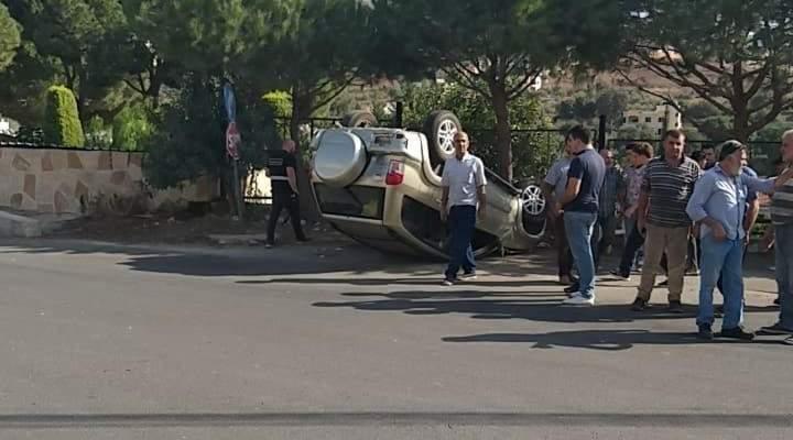 النشرة: جريح نتيجة انقلاب سيارة بعد اصطدامها بأخرى على اوتوستراد كفررمان