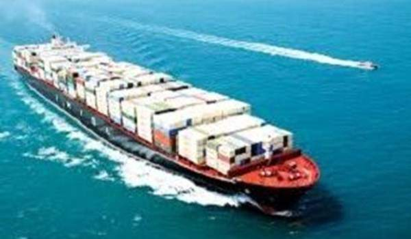 سفينة إيرانية تفرغ حمولتها من السلع في ميناء لاغوريا بفنزويلا