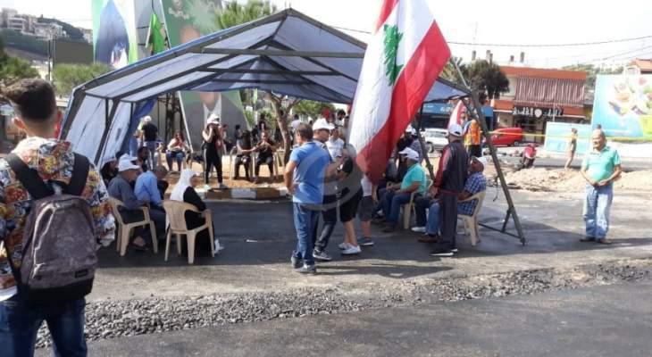النشرة: المعتصمون على دوار كفررمان ازداد عددهم ونصبوا خيمة اتقاء من المطر